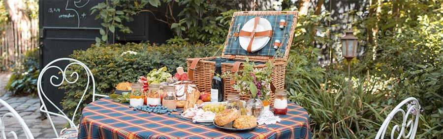 romantic picnic basket at the hotel Montmartre in Paris