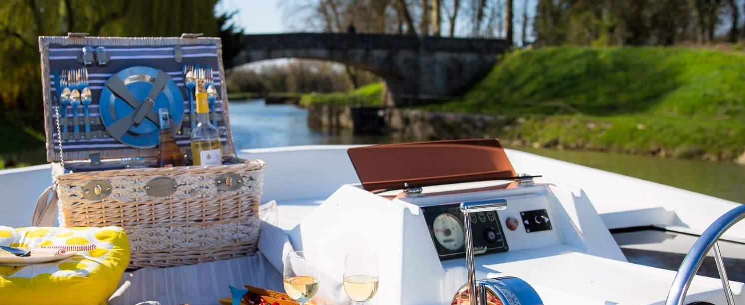 "picnic basket ""Versailles"" on a boat"